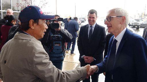郭台銘與威州州長相見歡威斯康辛州州長艾佛斯(右)特別前往機場迎接鴻海集團董事長郭台銘(左),兩人熱情握手閒聊。中央社記者江今葉密爾瓦基攝  108年5月3日