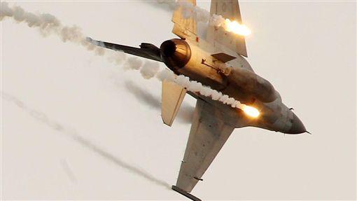 台中清泉崗基地執行漢光34號演習「聯合反空(機)降作戰演練」 F-16施放熱焰彈 記者邱榮吉攝