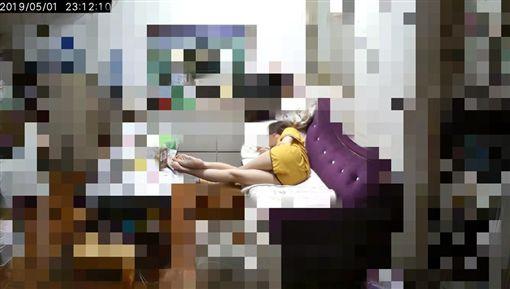 優質出賣文!打開家中監視器 妹妹超神祕姿勢引討論圖/翻攝自爆廢公社臉書