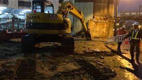 台南鐵路地下化工程沿線首波強制拆除。(圖/翻攝自 反台南鐵路東移自救會 FB)