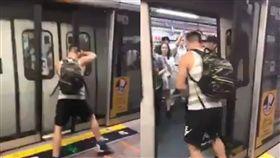 香港,列車,自私,醫俠,浩克,地鐵,干擾,港鐵,徒手,拉扯,開門, 圖/翻攝自臉書