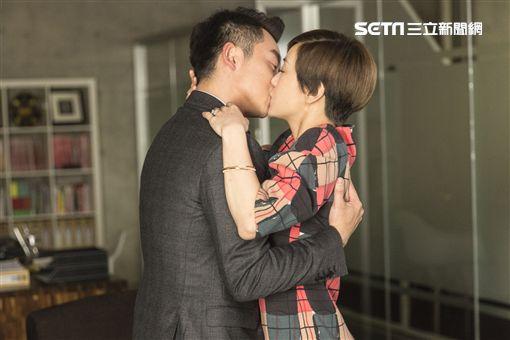 郭采潔、鄭愷浪漫擁吻,電影《我的第一任》。(圖/寬銀慕點影製作有限公司提供》