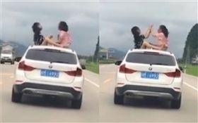 中國,女孩坐車頂玩耍(圖/翻攝自每日郵報)