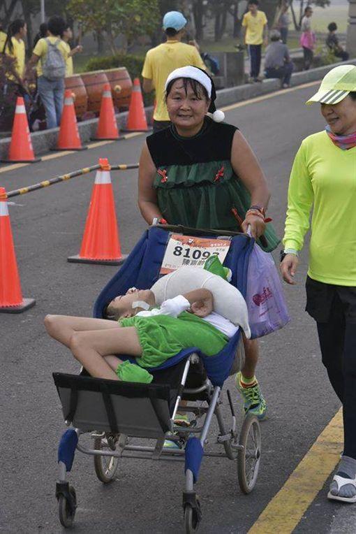 陳嘉齡,單親媽媽,路跑,馬拉松,重度腦性麻痺,母愛(翻攝自臉書小比的跑旅雜記)
