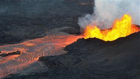 夏威夷基拉韋亞火山(Kilauea volcano),美國士兵跌落懸崖掉進活火山(圖/翻攝自推特)