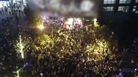 文和友老長沙龍蝦館,五一假期要排7000多桌。(圖/翻攝自微博)