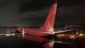 美國,波音737飛機在降落時衝出跑道,整架客機墜入聖約翰河(St. Johns River)(圖/翻攝自推特)