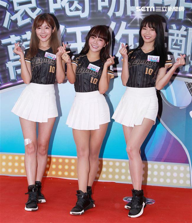 LamiGirls啦啦隊巫苡萱、倪暄、Yuri掀起一場咖啡大革命。(記者/邱榮吉攝影)