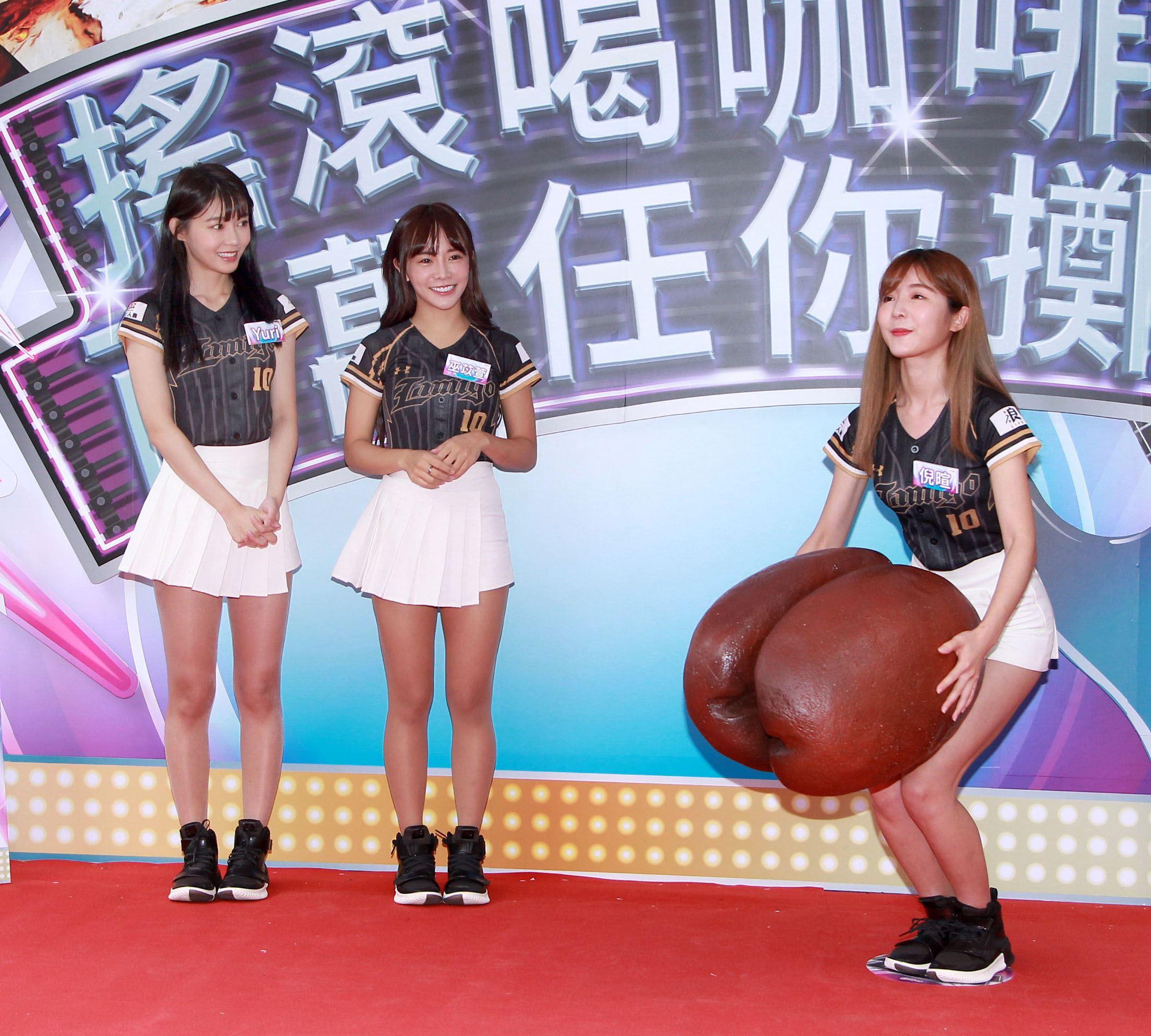 LamiGirls啦啦隊巫苡萱、倪暄、Yuri與粉絲一起擲杯喝咖啡。(記者/邱榮吉攝影)