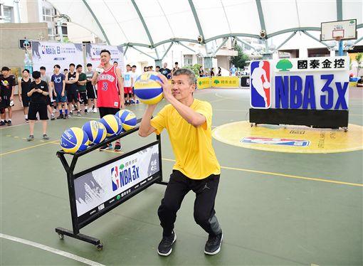 ▲知名球評李亦伸參與「趣味三分球大賽」。(圖/國泰NBA 3x提供)
