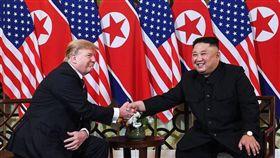 川金二次會在越南河內登場,相隔8個月,穿普和金正恩見面握手大約9秒鐘。晚宴時,金正恩還笑著說,和川普的一對一談話過程約30分鐘,內容相當有趣。不過外國媒體卻爆料,美國與北韓連晚餐的菜單都一度談不攏。(圖/翻攝自@NorthKoreaDPRK 推特)