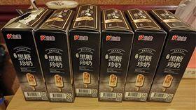 一名網友表示,他到超市發現冰箱內有「黑糖珍奶雪糕」,立刻拿了一盒結帳,並走出店外先吃1根,沒想到他一吃就愛上,立刻回超市再拿5盒。(圖/爆廢公社)