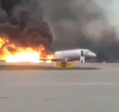俄羅斯航空公司客機起火迫降(圖/翻攝自推特)
