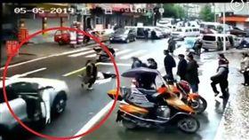 女滑手機過馬路遭撞 男倒車加速輾過(圖/翻攝自秒拍)