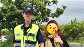 老公忙著處理車禍,人妻開心和小鮮肉警察合照。(圖/翻攝自爆廢公社)