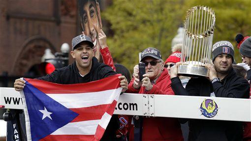 Alex Cora在遊行上舉起波多黎各國旗。(圖/美聯社/達志影像)