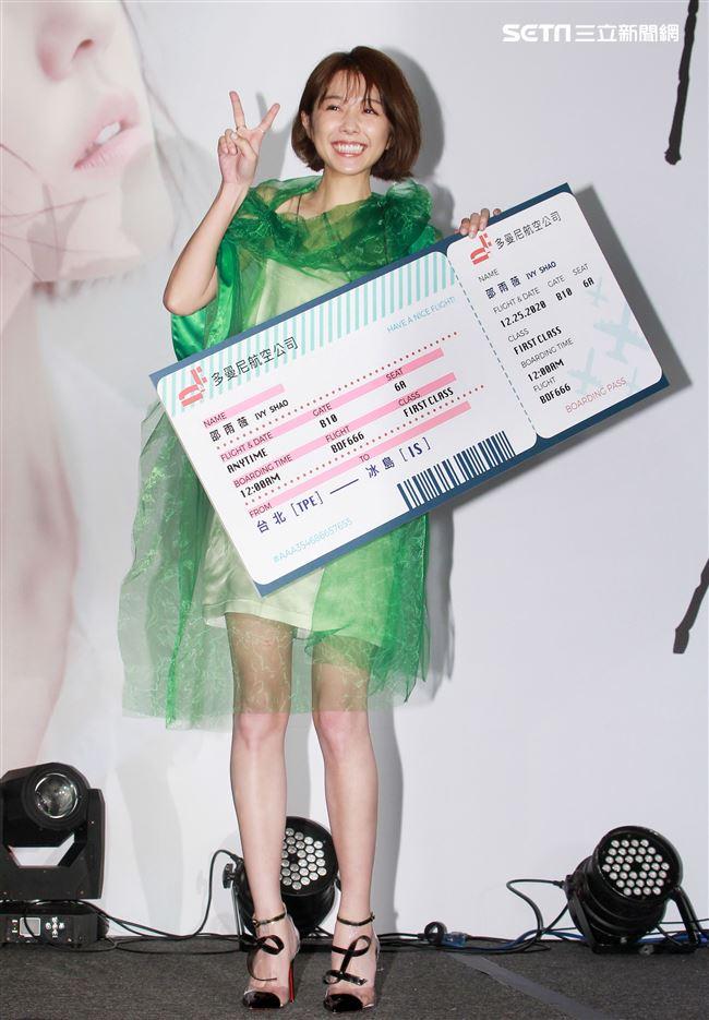 邵雨微「薇雨」發片,公司寄出大禮冰島來回機票及2020挑戰個人演唱會,讓邵雨微又驚又喜。(記者邱榮吉/攝影)