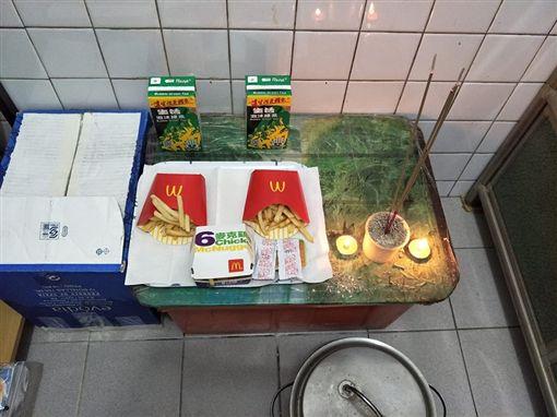 ▲薯條雞塊拜地基主(圖/翻攝自靈異公社)