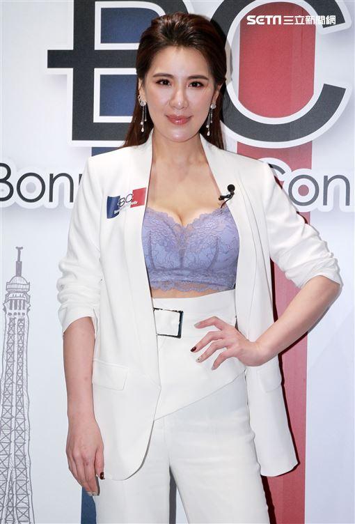 小禎分享女性如何穿搭內衣又美又性感。(記者邱榮吉/攝影)