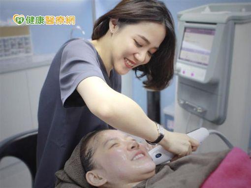 張瑋庭醫師表示,以正宗的美國電波拉皮來說,屬於非侵入式的療程,從臉到眼、腹部等部位,都可以達到緊實雕塑的效果。(圖片來源:截取自張瑋庭醫師臉書)