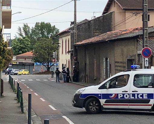 法國西南部城市土魯斯(Toulouse)郊區勃拉納(Blagnac)書報攤遭武裝男子搶劫(圖/翻攝自推特)