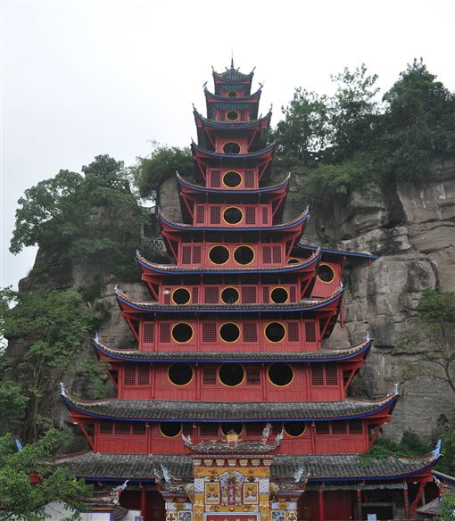 依附在玉印山上的石寶寨有12層樓高(圖/喜鴻假期)