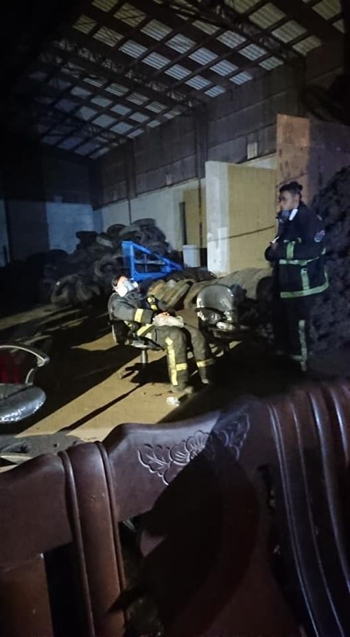 台中市后里千坪廢輪胎堆置處理廠,義消(圖/翻攝自爆料公社)