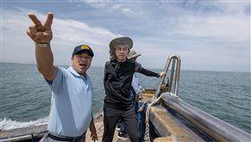 林智堅一日漁夫 體驗定置漁場討海人生新竹市長林智堅(右)5日到新竹明發定置漁場,與老闆陳明發(左)一起出海,當起「一日漁夫」,近距離體驗現撈魚貨過程。(新竹市政府提供)中央社記者魯鋼駿傳真 108年5月5日