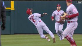▲天使游擊手西蒙斯(Andrelton Simmons)背對球撲接,中外野手楚奧特(Mike Trout)看傻眼。(圖/翻攝自MLB官網)