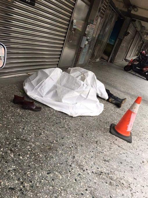 白布,工人躺騎樓地板休息(圖/翻攝自爆廢公社公開版)