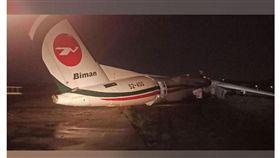 孟加拉客機滑出跑道斷成3截(圖/翻攝自The Myanmar Times)