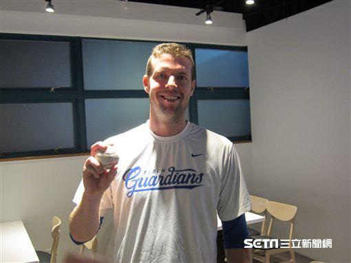 ▲富邦悍將投手Mike Loree(羅力)拿著千局紀念球。(圖/記者蕭保祥攝影)