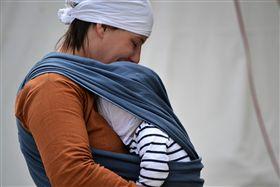 嬰兒背巾。(圖/Pixabay)