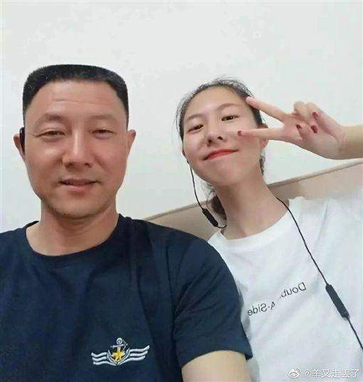 陸女大生崔譯文擋刀救友 17年前父也救過人(圖/翻攝自羊又走丟了微博)