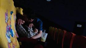 電影院一對情侶激情熱吻。(圖/翻攝自爆廢公社)