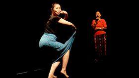 雲門流浪者計畫分享 在孤寂中追尋自我雲門基金會第14屆「流浪者計畫」3日下午在雲門劇場舉行分享會,參與成員之一的劇場演員彭艷婷(左)與母親(右)在分享會上表演緬甸傳統歌舞。(雲門基金會提供)中央社記者洪健倫傳真 108年5月3日