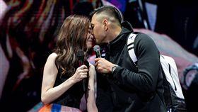 黑人在范瑋琪演唱會上親密獻吻。(圖/翻攝自微博)