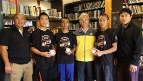 魏應充昨(9)日帶著味全龍總教練葉君璋及教練張泰山和小選手相見歡。(圖/頂新和德文教基金會)