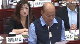 ▲韓國瑜9日答詢未正面回覆康裕成問題,僅低頭念稿