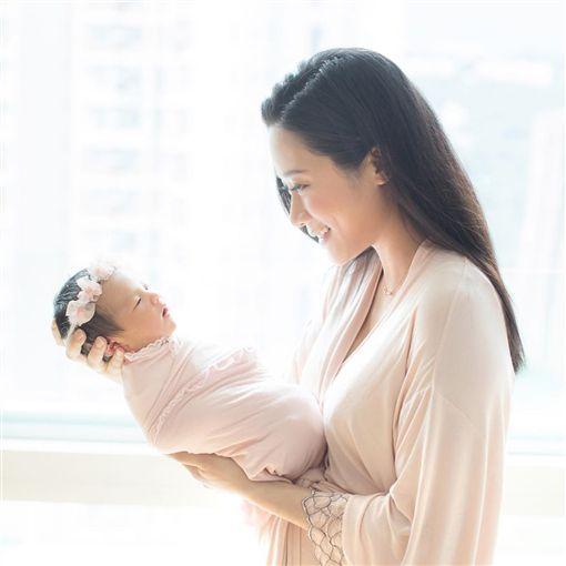 張嘉兒產女,女兒臍帶繞頸三圈。(圖/張嘉兒IG)