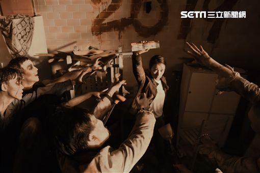 《台北電影節》,林依晨在形象廣告中,遭遇活屍追擊搶奪影展電影票。(圖/台北電影節提供)