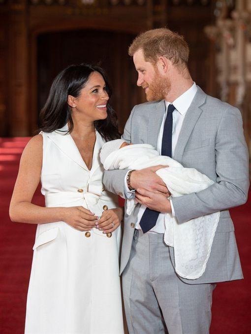哈利王子和梅根王妃兩人喜獲第一位兒子,同時也是英國皇室首位混血兒。(圖/翻攝自臉書)
