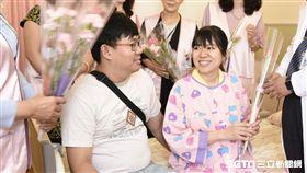 新手媽媽林小姐(前排右二)分享艾灸轉位產子的喜悅。(圖/高醫提供)