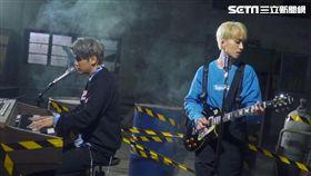 陳零九(左)、邱鋒澤瘋迷狼人殺量身打造歌曲《天黑請閉眼》。(圖/滾石唱片提供)