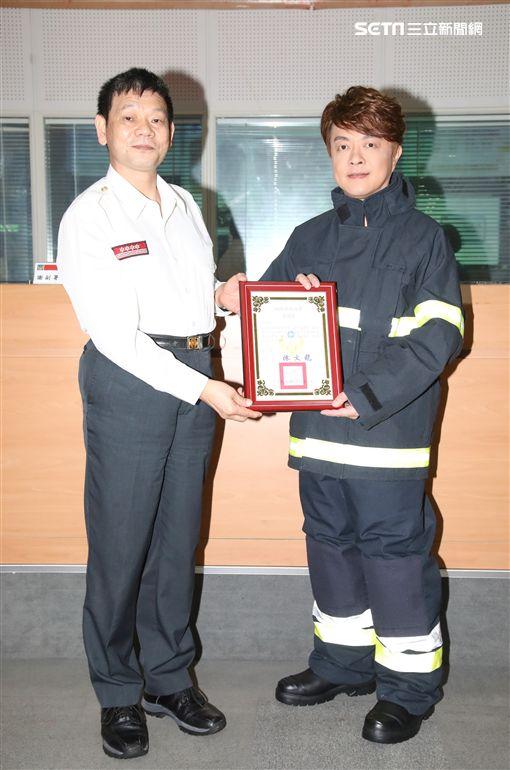 翁立友受贈「消防署感謝狀」。(圖/豪記唱片提供)