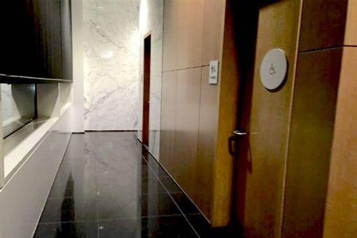 香港學者陳明銶在國泰貴賓室廁所昏迷17小時,最後不幸身亡。(圖/翻攝自推特)