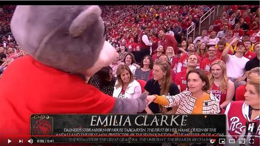 ▲飾演《冰與火之歌:權力遊戲》龍后的演員艾美莉亞克拉克(Emilia Clarke)觀看火箭勇士季後賽。(圖/翻攝自House of Highlights)