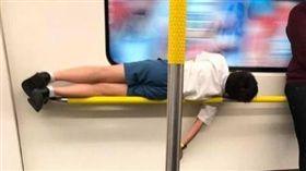 香港,地鐵,小龍女,扶手,睡姿(圖/翻攝自MTR Sleepers IG)