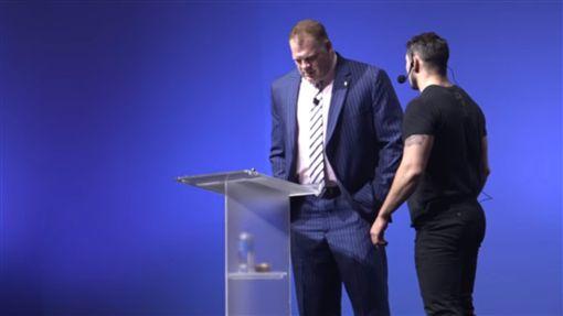 館長,市長,WWE,摔角,演講,工作人員,打斷,斷句,表演, 圖/翻攝自YouTube