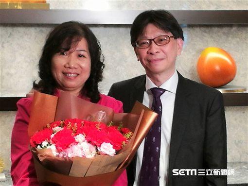 非小細胞肺癌患者鈺琪(左)獻花給主治醫師黃俊耀(右)表達無限感謝。(圖/記者楊晴雯攝)